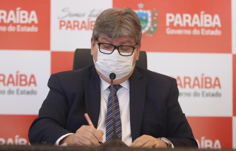 João Azevêdo recebe voto de aplausos da Assembleia Legislativa pelo anúncio do 'Programa de Investimentos em Obras Públicas'